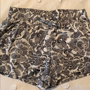 White/Black patterned shorts with pockets